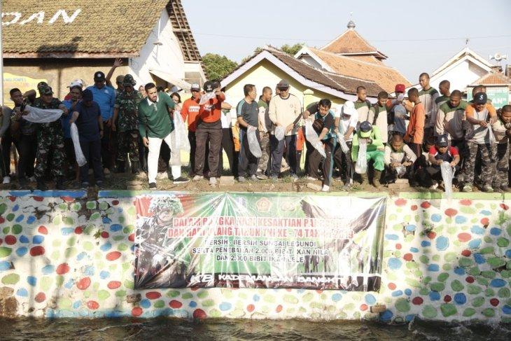 Usai dibersihkan, Sungai Legundi Probolinggo ditebari ribuan benih ikan