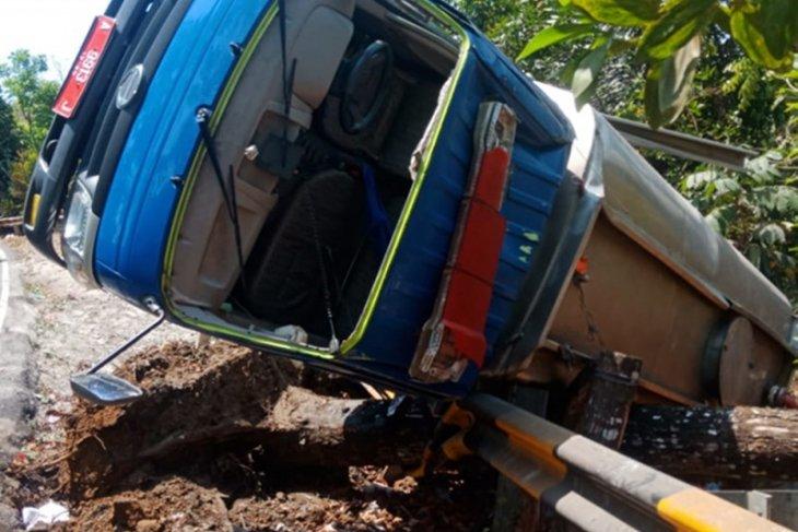 Mobil tanki BPBD Pandeglang terbalik di Cibaliung, sopir alami luka