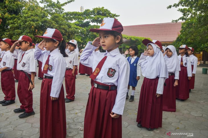 Young asylum seekers attend classes, morning ceremony in Pekanbaru