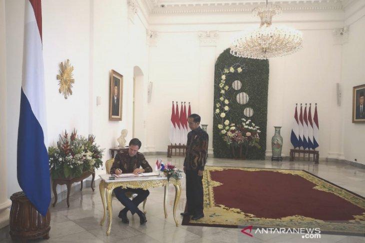 Jokowi, Rutte dress in batik clothing for meeting