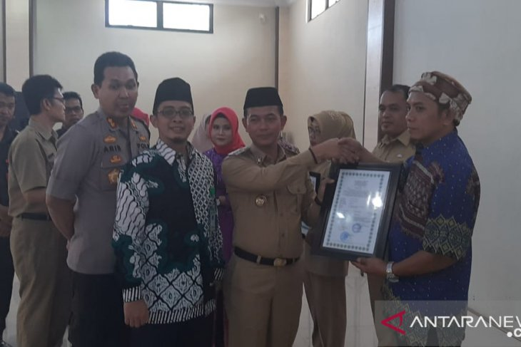 Bupati Bangka serahkan delapan sertifkat halal