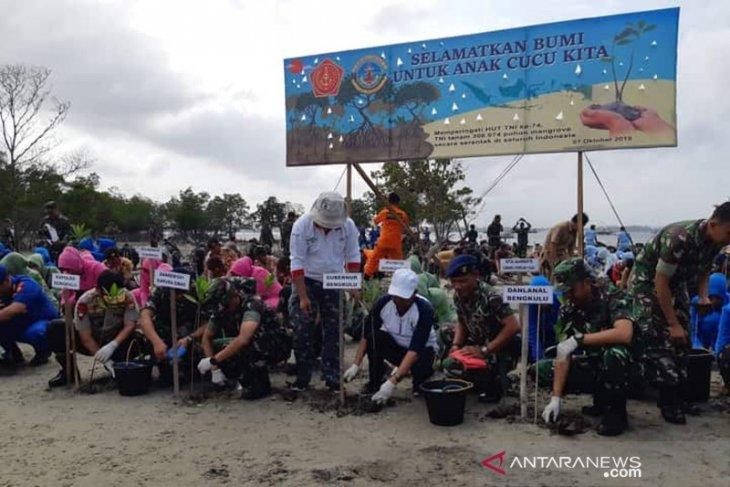 Lanal Bengkulu tanam 4.500 mangrove