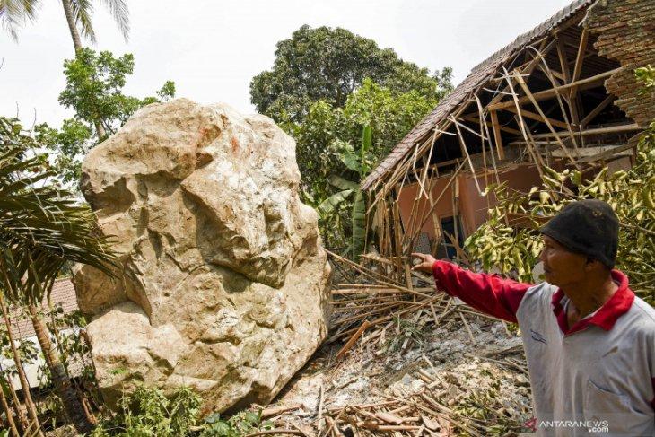 Pertambangan dengan bahan peledak, sejumlah rumah dan sekolah ambruk diterjang bebatuan