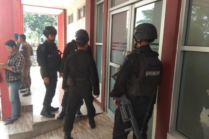 Personel Brimob Polda Banten masih menjaga RSUD Berkah Pandeglang