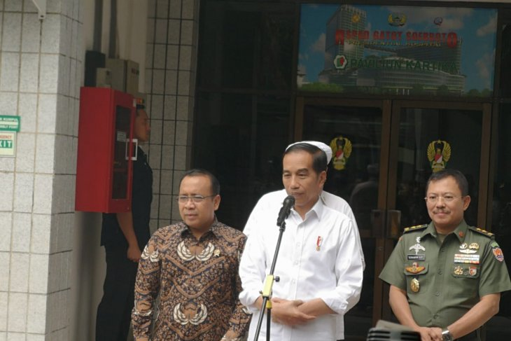 Jokowi to continue obliging public with selfies despite Wiranto attack