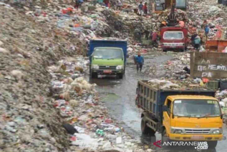 Bekasi kesulitan atasi masalah sampah, ada warga membuang di tepi jalan dan sungai