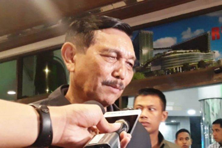 Luhut Pandjaitan tetap bercengkerama dengan warga