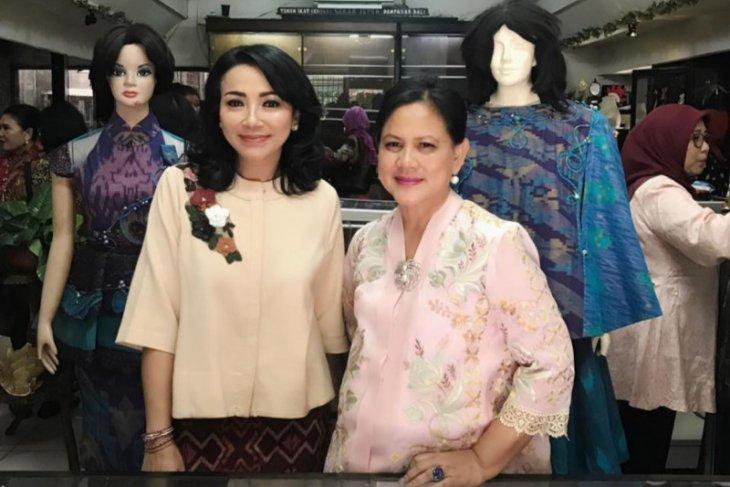 Iriana Jokowi kunjungi perajin tenun ikat di Denpasar