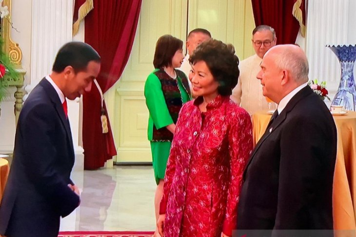Five special envoys of friendly nations visit Jokowi at palace