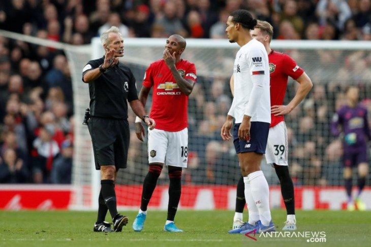 Gol kontroversial MU lawan Liverpool di mata Neville dan Carragher