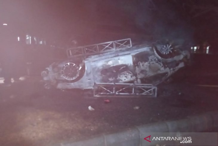 Amukan suporter bola di Yogyakarta rusak mobil polisi