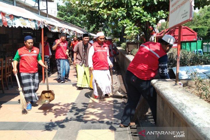 Petugas kebersihan Semarang kenakan kain sarung pada Hari Santri Nasional
