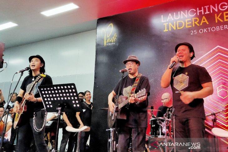 Menhub Budi Karya ngeband bersama Padi Reborn di stasiun MRT