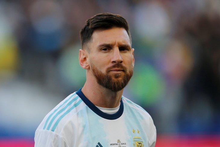 Penyerang Barcelona Lionel Messi tidak mau tukar trofi bersama Barca untuk Piala Dunia