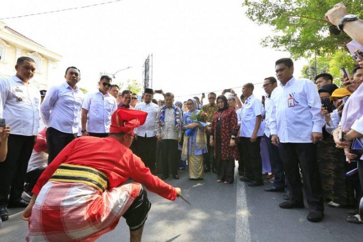 JK tiba di Makassar disambut tarian Angngaru