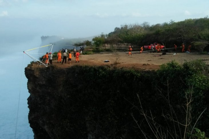 Selfie-taking Belarus tourist reportedly falls off Bali cliff