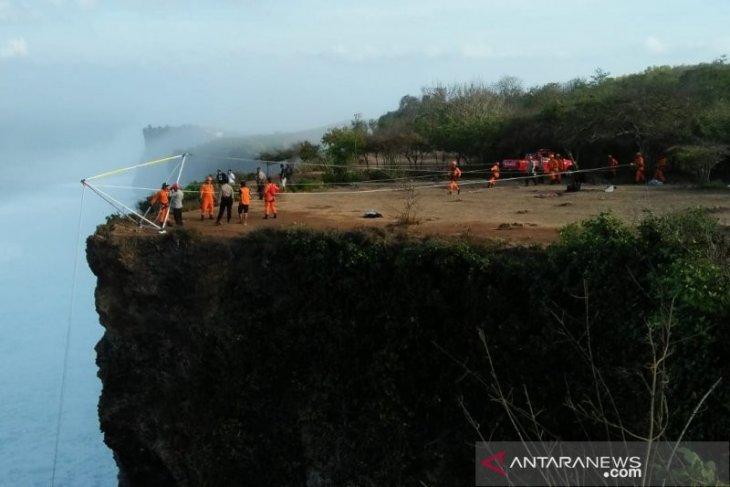 Seorang WNA terjatuh dari atas tebing Tanjung Mebulu