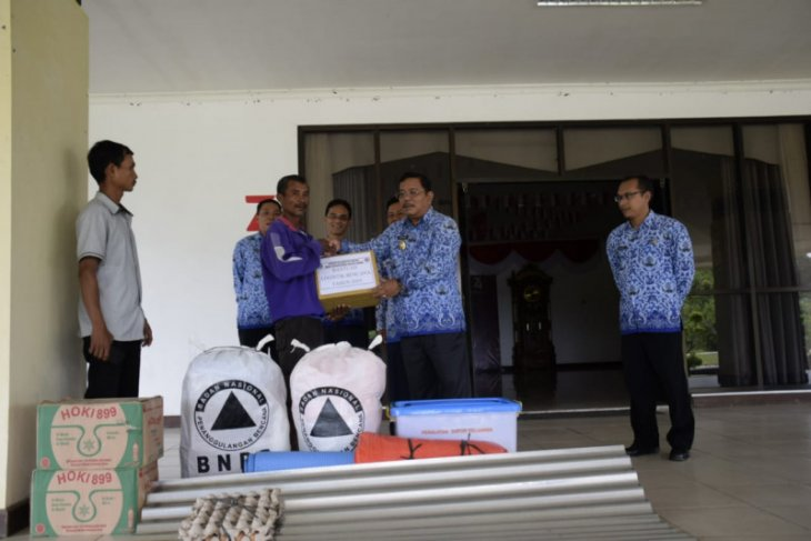 Bupati Rupinus serahkan bantuan logistik kepada korban kebakaran