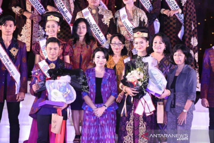 Pande Yuda Hendriana dan Lady Athalia jadi Duta Endek Denpasar 2019