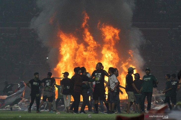 Polda Jatim olah TKP di Stadion GBT selidiki kerusuhan suporter