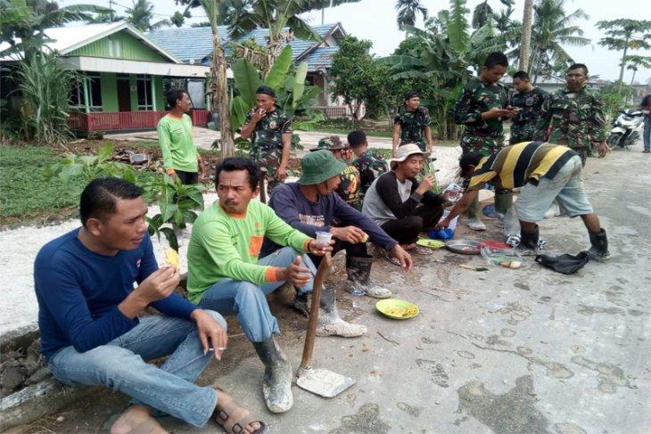 Personel TNI Bercengkerama dan Bertukarpengalaman Dengan Warga