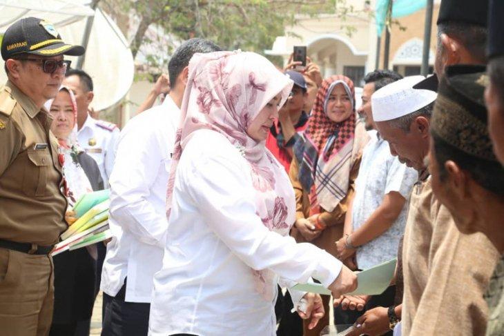Bupati Irna kunjungi penerima BSPS di Kecamatan Cikeusik