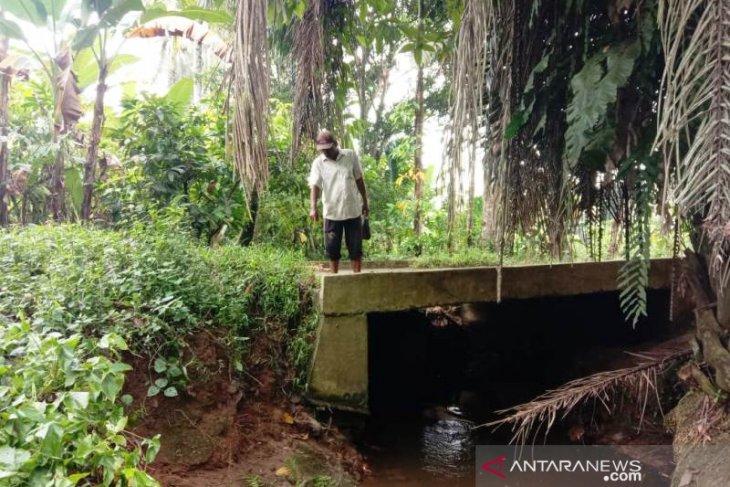 Jembatan di Sayur Matinggi miring akibat hantaman banjir