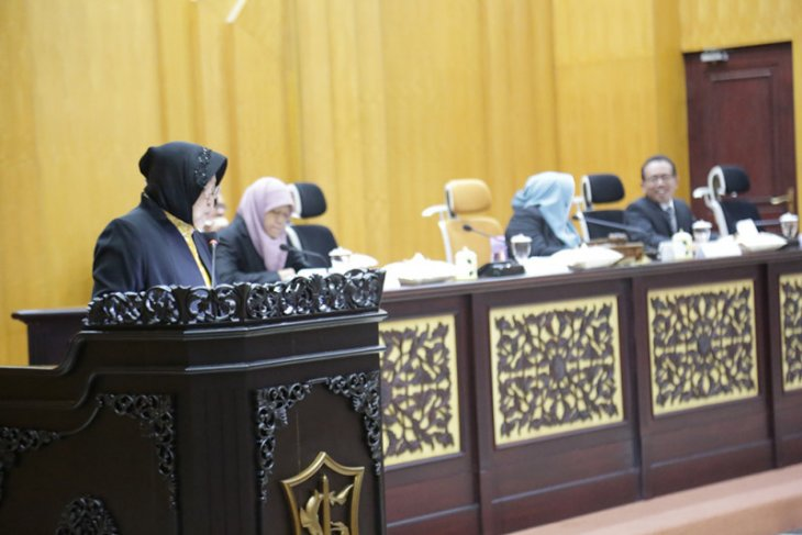 Risma dihujani interupsi saat rapat paripurna RAPBD Surabaya
