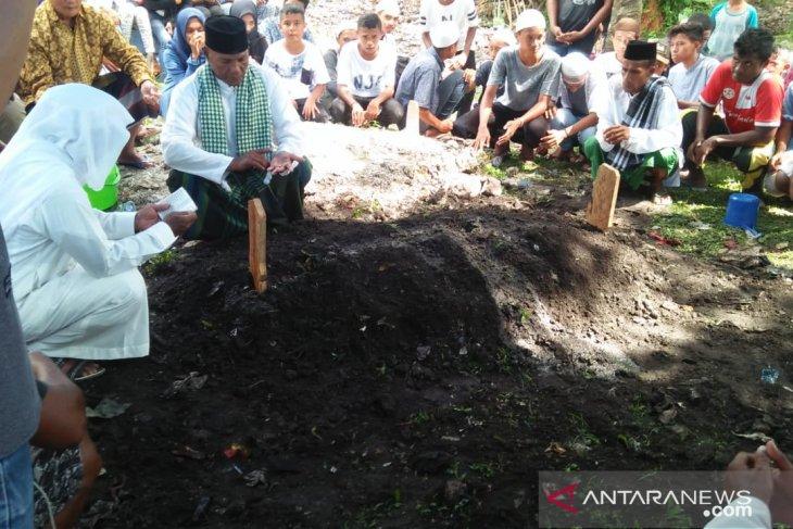 Isak tangis iringi pemakaman pemain timnas u-16