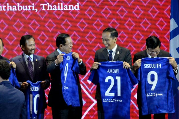 Indonesian President receives FiFA's blue jersey number 21