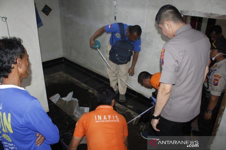 Terungkap, jasad pria korban pembunuhan dicor di lantai mushalla (Video)
