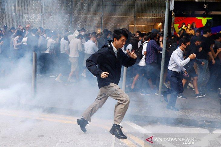 Polisi lepaskan tembakan saat massa di Hong Kong rusuh