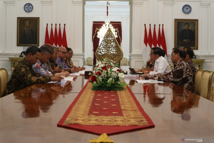 President receives KPU executive board members at Merdeka Palace