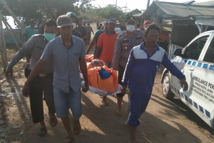 Nelayan Pesisir Barat Lampung temukan sesosok mayat di perairan Kota Jawa.