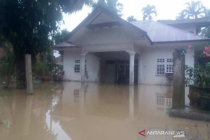 Puluhan kepala keluarga korban banjir Aceh Utara mengungsi