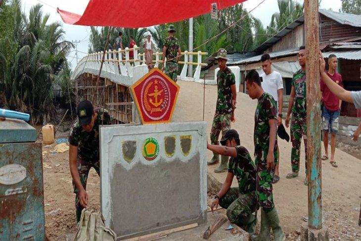 Satgas Kodim Inhil Membuat Tugu Tentara Manunggal Membangun Desa
