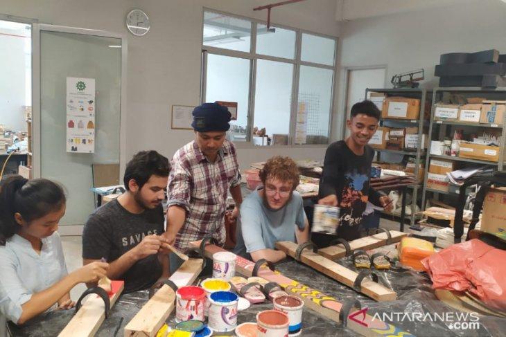 UK Petra kenalkan budaya Indonesia ke mahasiswa asing lewat hias bakiak