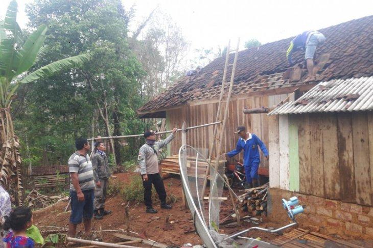 Di Sukabumi, belasan rumah  rusak diterjang puting beliung