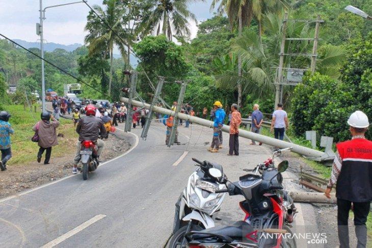 Tanah longsor, tiang PLN tumbang di Padangsidimpuan