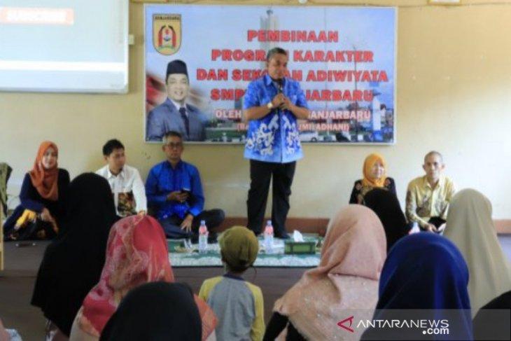 Wali kota Banjarbaru minta pendidikan berkarakter  ditingkatkan