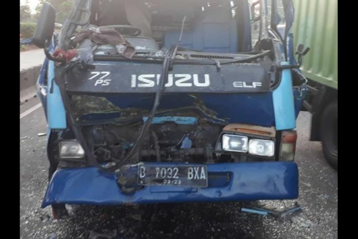 Akibat tabrak truk kebersihan di Kalideres, minibus ringsek