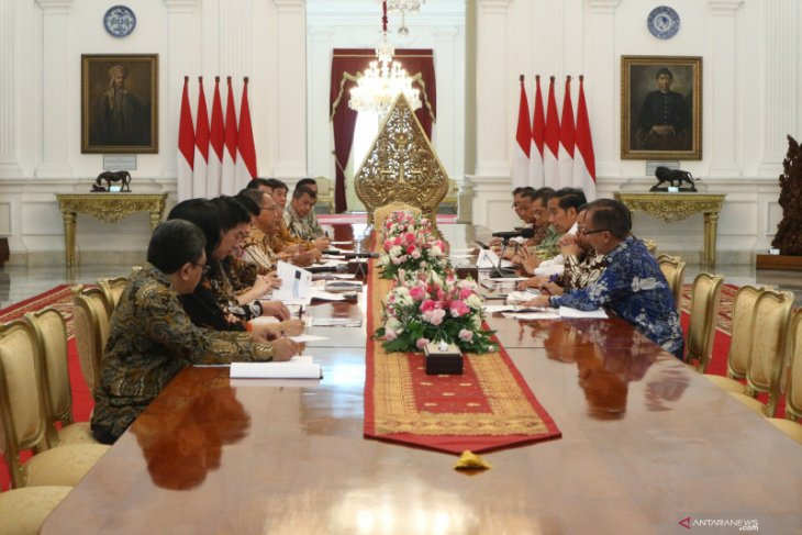 President holds meeting with associations to boost textile exports