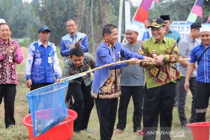 HSS Regent harvests tilapia together with Kapuh boarding school