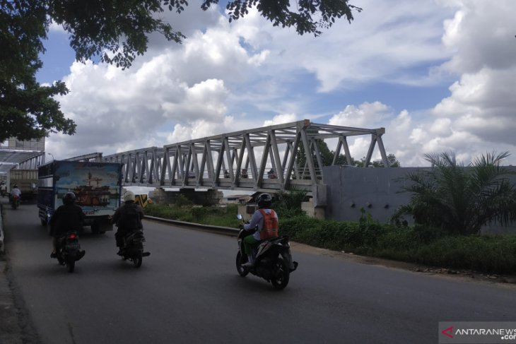 Arus lalu lintas di jalur Jembatan Landak lancar