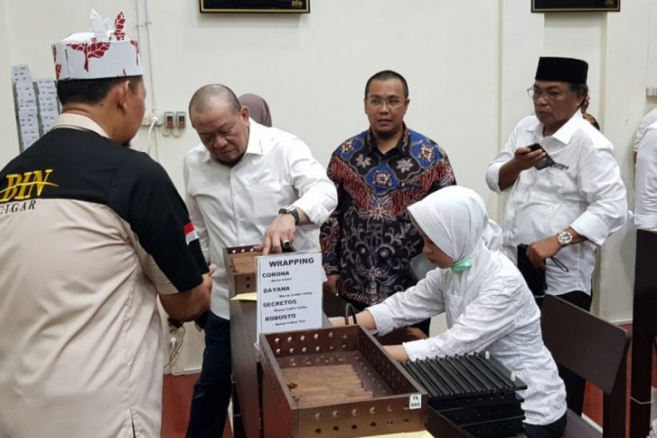Ketua DPD La Nyalla Mattalitti resmikan pabrik cerutu di Jember