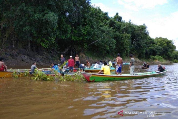 Seorang lansia hanyut saat mandi di sungai yang meluap, tim SAR gabungan masih melakukan penyisiran