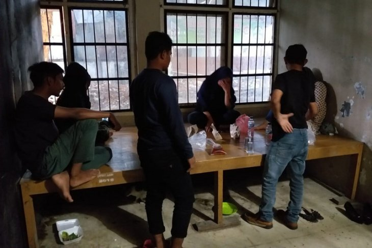 Polisi syariah di Aceh, amankan tiga wanita muda beserta botol minuman keras