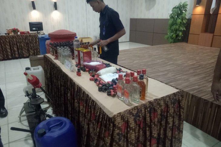 Bea Cukai Palembang sita ribuan miras palsu dari pabrik ilegal