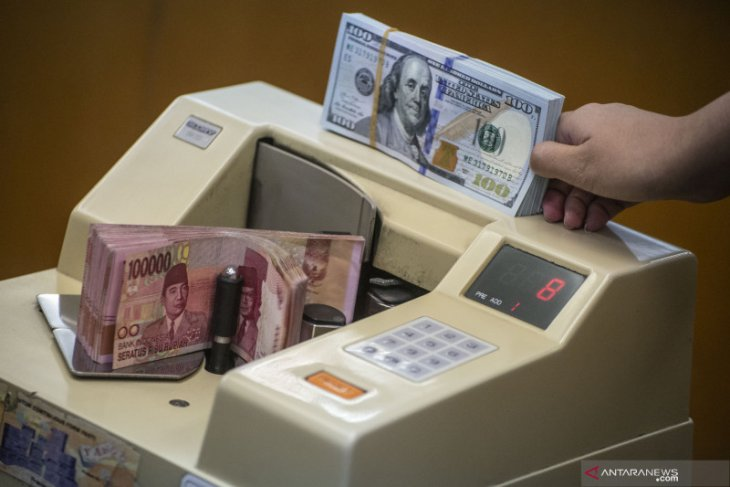 Rupiah falls before balance of trade release