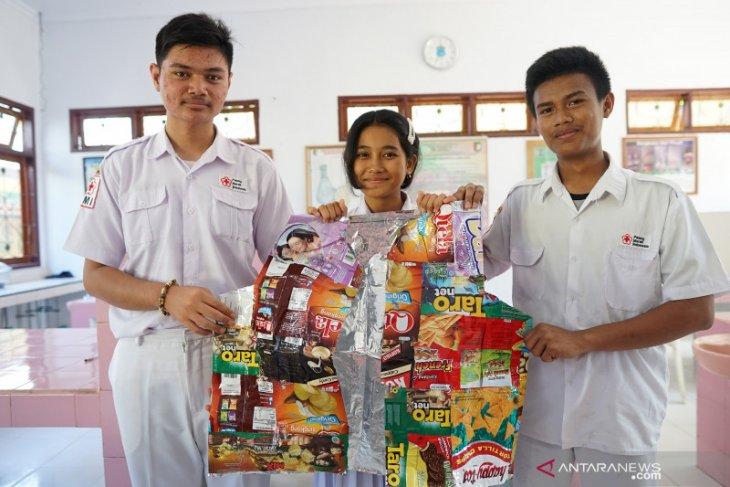 Siswa SMK Gorontalo manfaatkan sampah jadi rompi diet